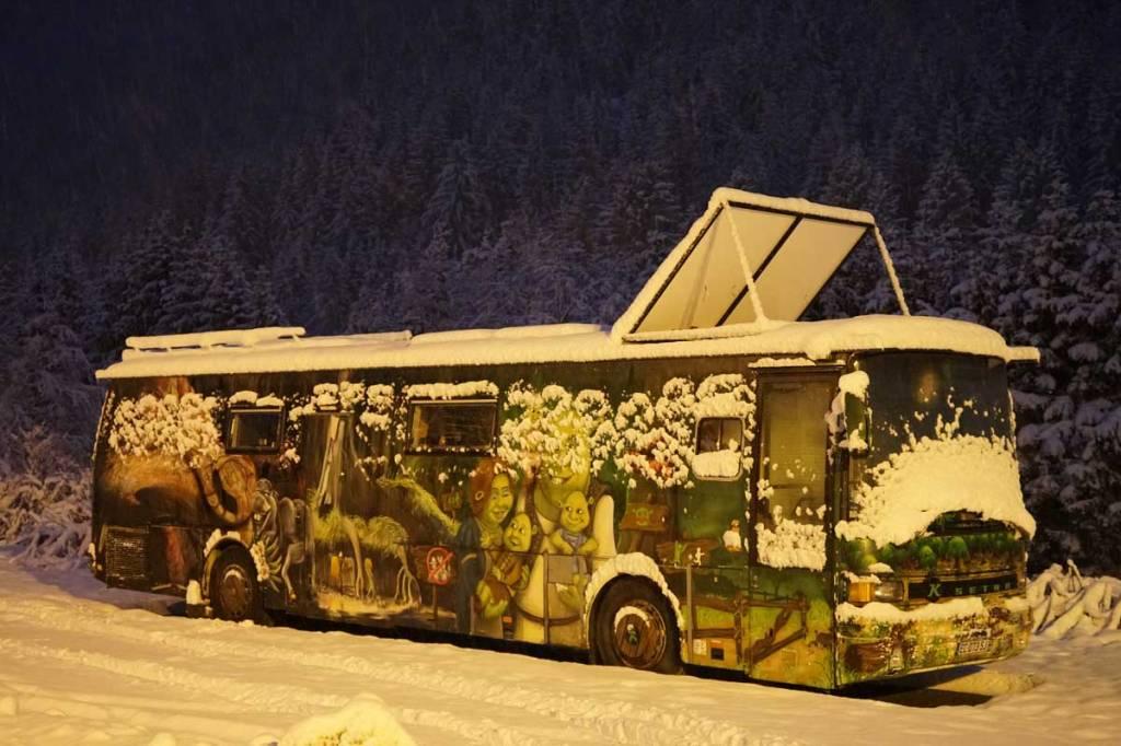 Bus peint sous la neige